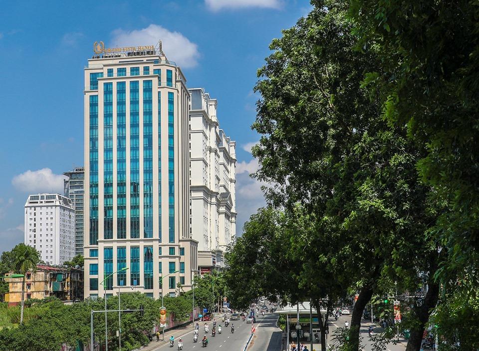 Tòa nhà Grand Vista Hanoi Hotel với gam màu xanh nổi bật giữa đường phố Thủ đô