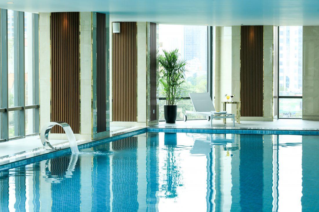 Bể bơi với không gian thoáng mát cùng ghế dựa giúp khách thoải mái thư giãn