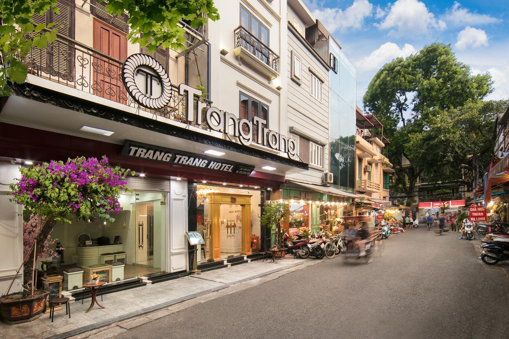 Khách sạn nằm trên con phố tấp nập, thuận tiện cho việc tham quan và di chuyển