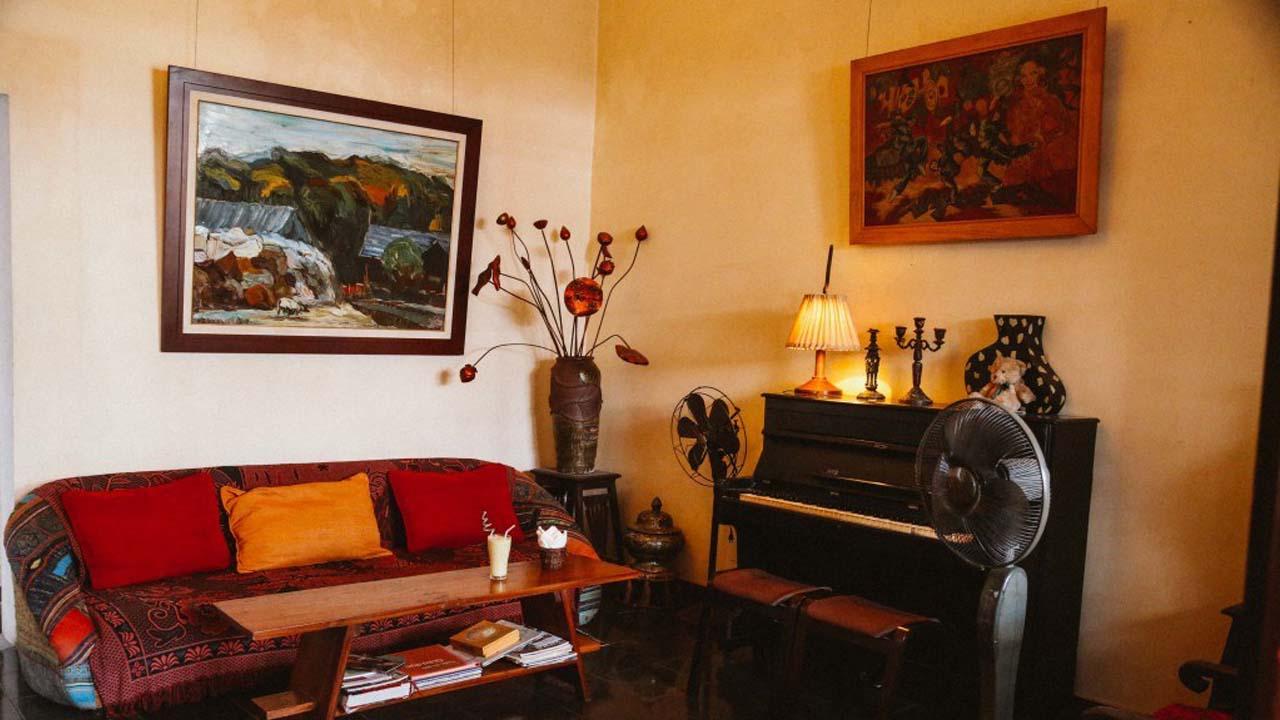 Một góc bàn ghế sofa với đủ loại vật trang trí theo phong cách vintage. Nguồn: Internet