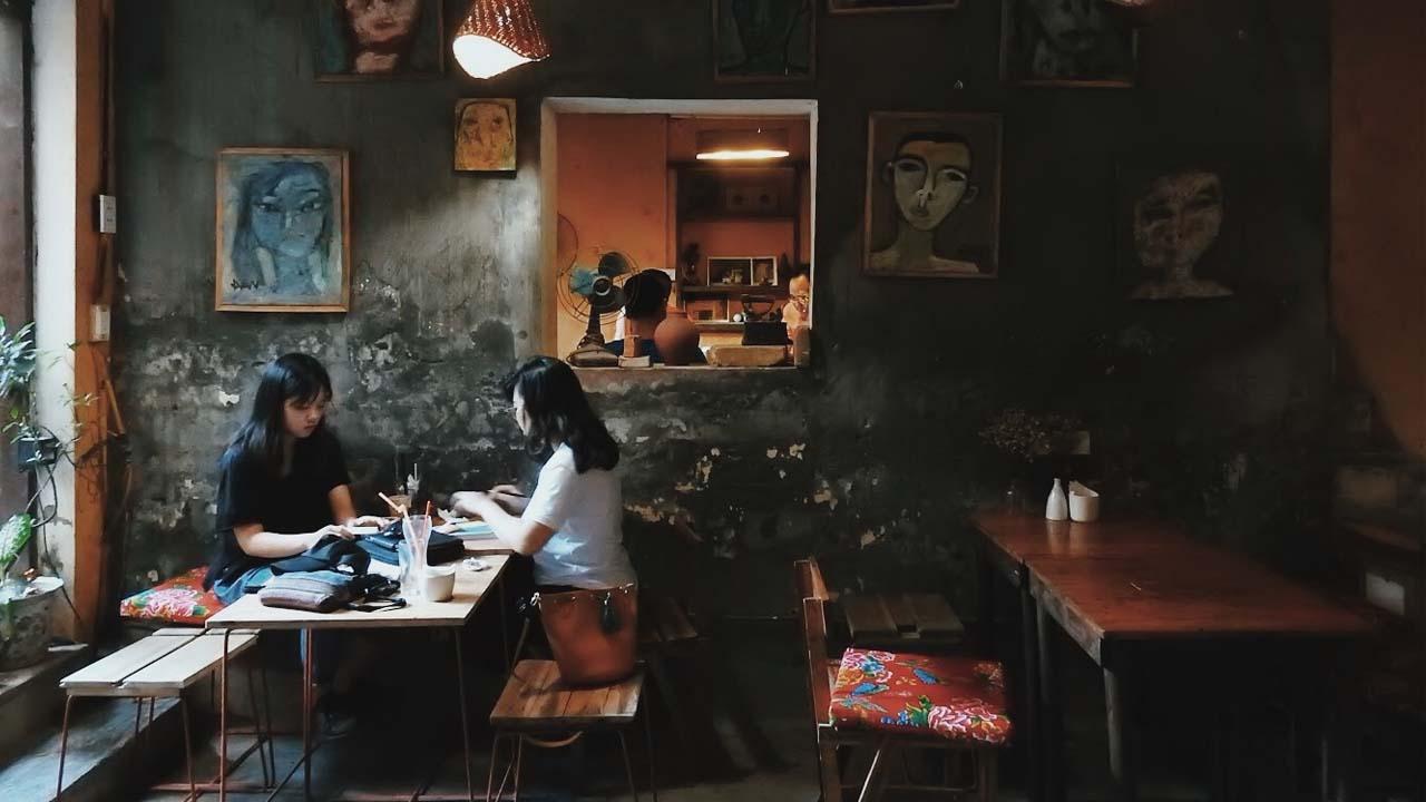 Màu tường cũ kỹ, đôi chỗ còn bong tróc những mảng vôi không hề khiến quán trở nên lộn xộn mà có cảm giác cổ kính và bình yên đến lạ. Nguồn: Internet