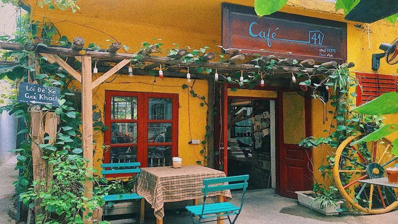 Nhà 41 là quán cafe yên tĩnh Hà Nội có phong cách rất riêng, mộc mạc và có phần hoang dã với lớp sơn màu vàng nổi bật cùng rất nhiều cây xanh. Nguồn: Internet