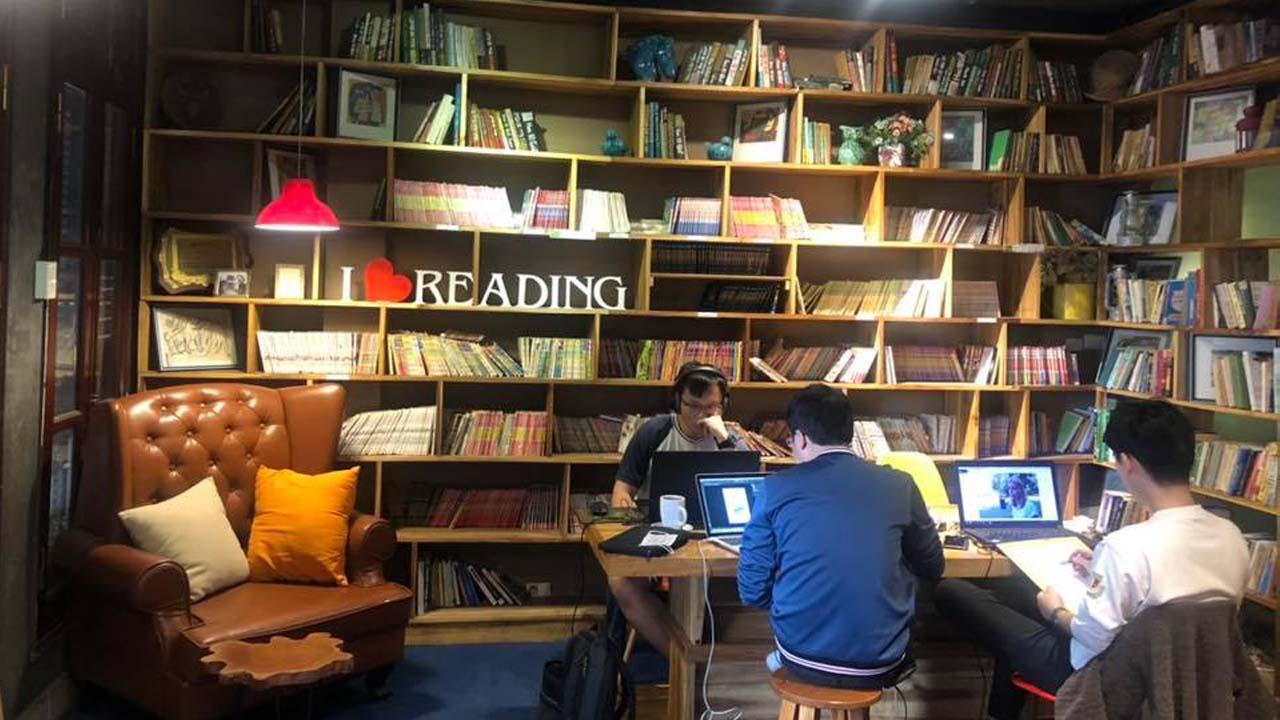 Phòng đọc sách yên tĩnh, ánh sáng nhẹ tại Hoa 10 Giờ Cafe là không gian học và làm việc hiệu quả. Nguồn: Internet