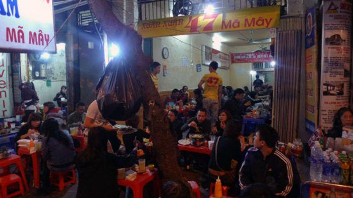 khách đến quán Bò Nướng Xuân Xuân buổi tối