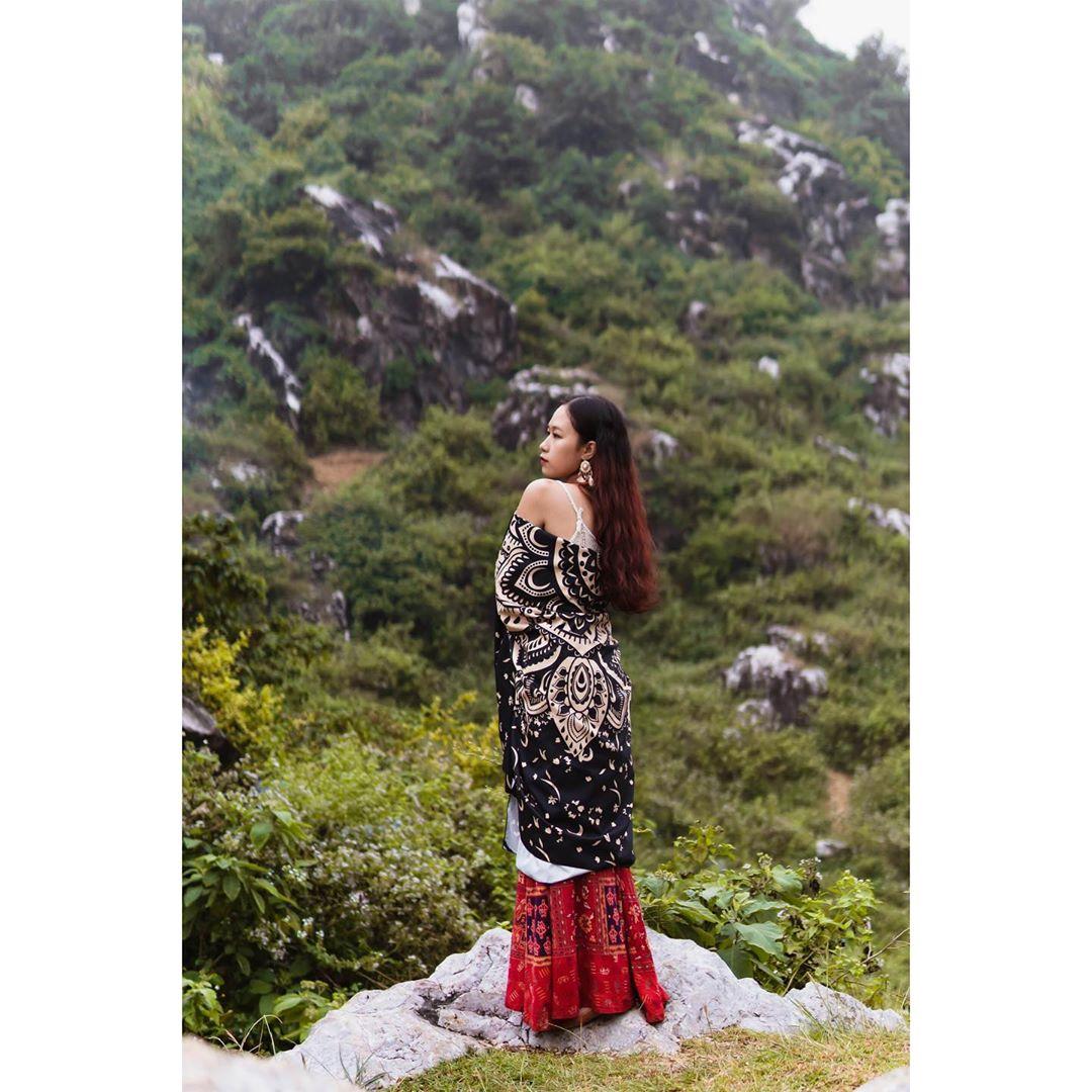 Em là cô gái mặc váy đỏ, bỏ cả thế giới nhỏ lên thảo nguyên. Ảnh: @thanhmc2203