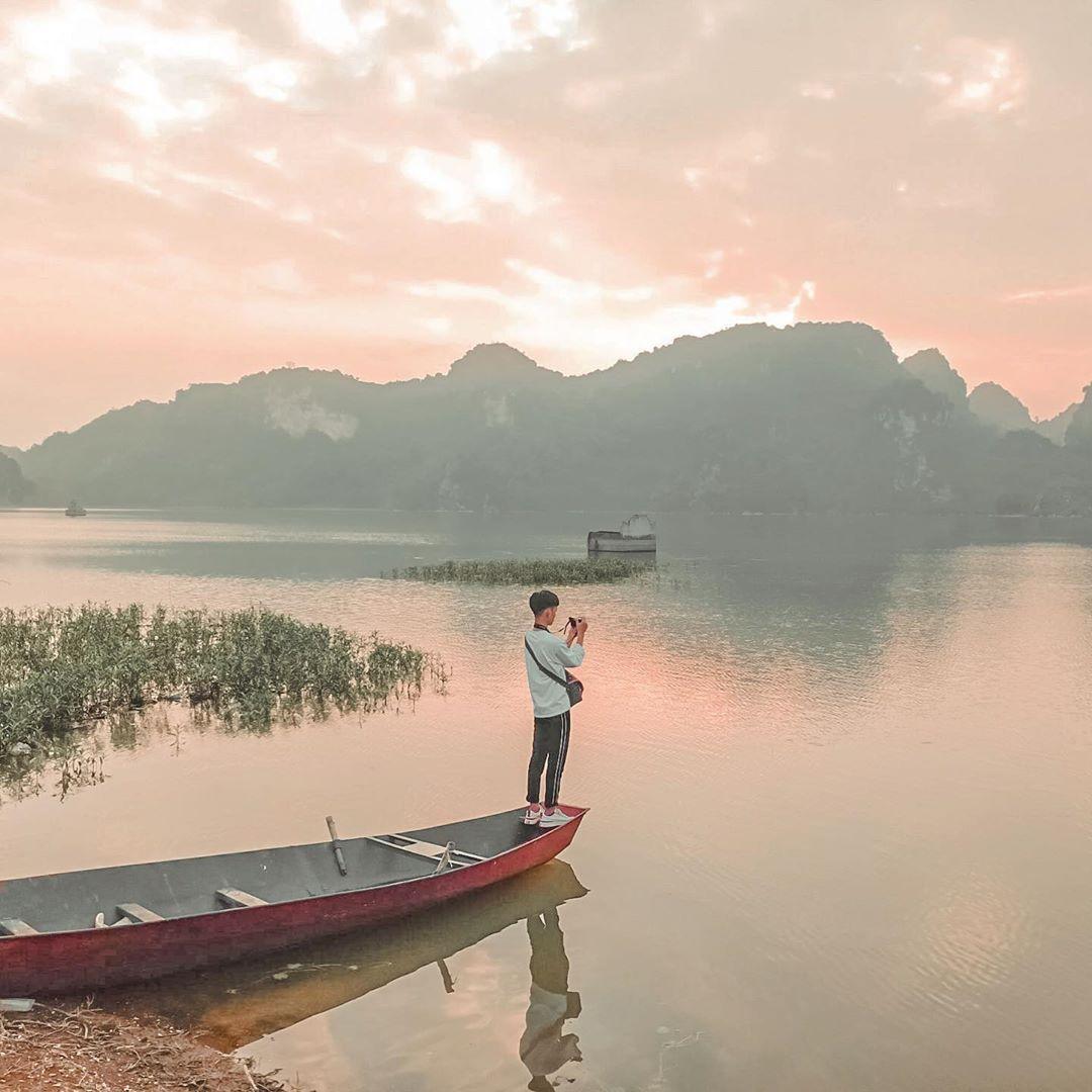 Hồ Quan Sơn yên bình và tĩnh lặng. Ảnh: @quyetquat